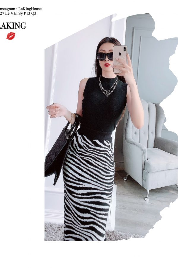 Áo đen sát nách cổ tròn phối cùng chân váy bút chì vằn trắng đen