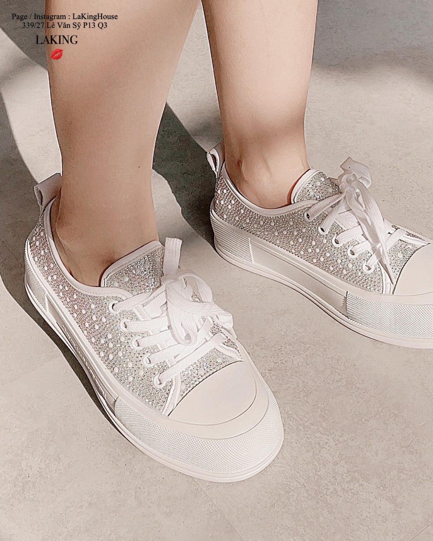 Sneaker trắng nạm pha lê